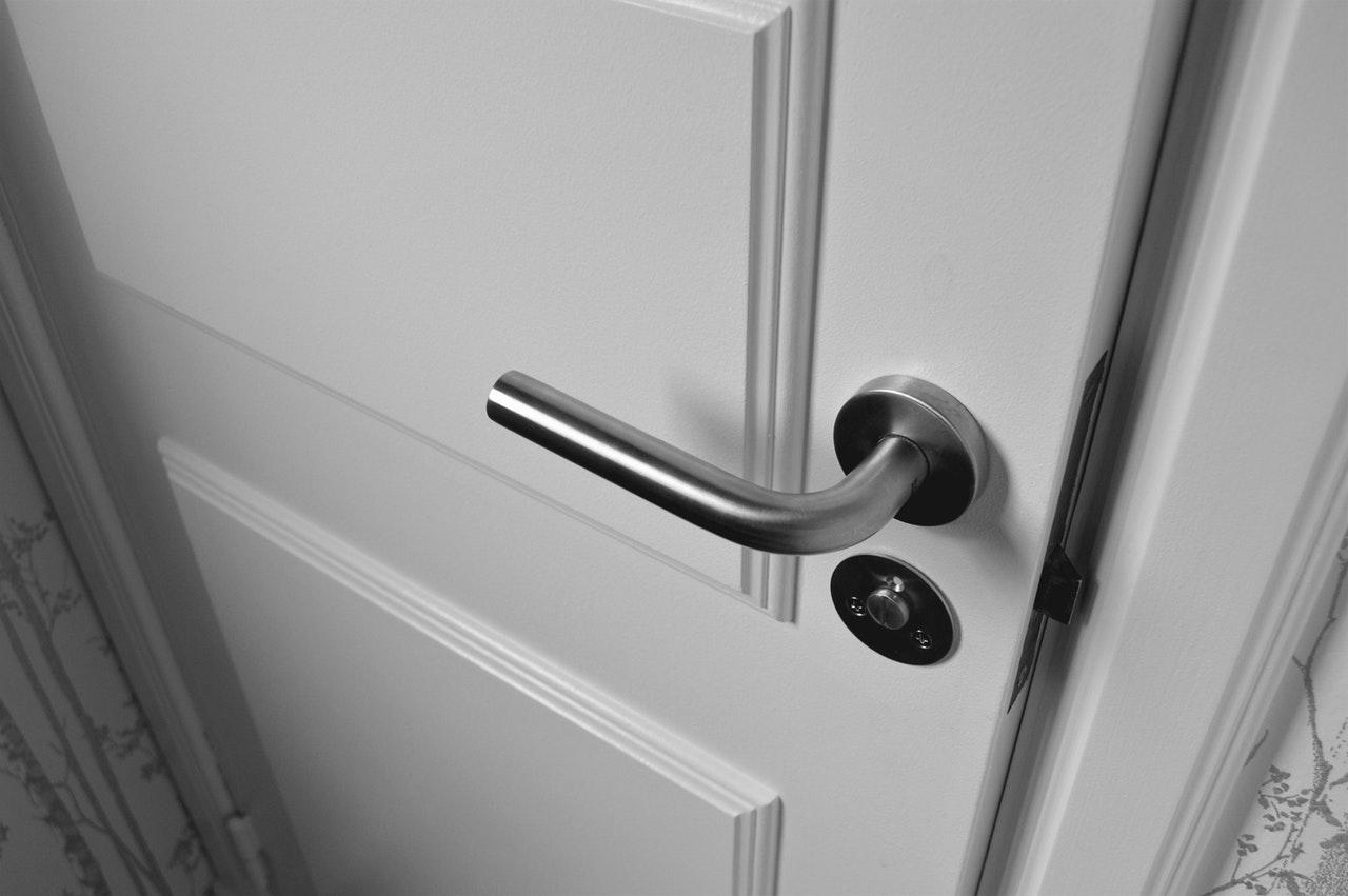 полуотворена бяла врата